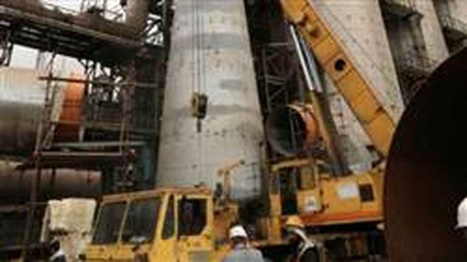 ثبت رکورد در نصب ۴۰۰ تن سازه فلزی و نسوز در ارتفاع ۷۰ متری