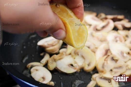 اضافه کردن کمی آب لیمو ترش به قارچ های در حال تفت خوردن